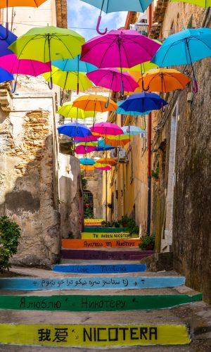 destinazione-nicotera-strada-ombrelli-colorati